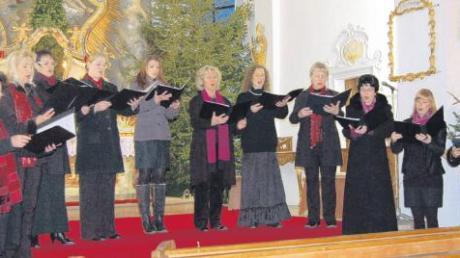 """Die zehn Damen von """"Coro degli Angeli"""" begeisterten das Publikum mit ihrer Sangeskunst in der St. Stephanus Kirche. Alle Stimmen sind geschult von der Sopranistin Elisabeth Haumann (r)."""