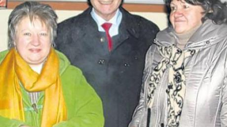 Karl-Heinz Brunner nahm die Spende für die Ambulante von den Organisatorinnen Margot Hofmann (links) und Gabriele Mayr gerne entgegen.