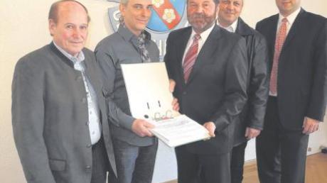 Hubert Gronegger und Alan Grund übergeben mehr als 500 Unterschriften für ein Bürgerbegehren an Bürgermeister Konrad Brandmair, 2. Bürgermeister Johann Heitmair und dem Dachauer Oberregierungsrat Stefan Löwl (von links).