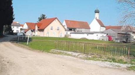 Die Straße vor dem Feuerwehrhaus in Eresried soll in diesem Jahr geteert werden.