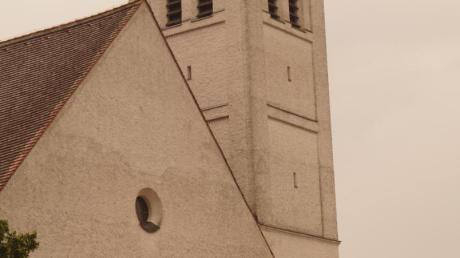 Der Riss im Putz hinter dem Marienaltar ist nur noch ein kosmetisches Problem. Die substanzerhaltenden Maßnahmen sind laut Architekt Stephan Bauer nun abgeschlossen (links). 1938 wurde die kleine romanische Kirche durch einen weitaus größeren Bau ersetzt.