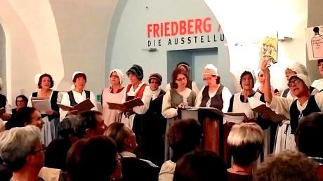 Die Friedberger Kräuterweiber sangen der Stadt Friedberg ein Geburtstagsständchen in der Schloss-Remise.