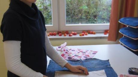 Upcycling ist der neue Trend, aus alten Kleidern neue Dinge herzustellen. Da wird schon mal aus einer alten Jeans eine flotte Tasche.