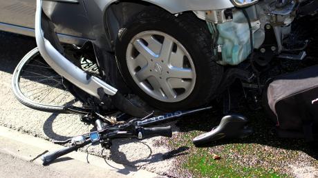 Bei einem Unfall (hier ein Symbolfoto) auf dem Weg zur Schule ist ein sechsjähriger Bub in Erdweg schwer verletzt worden. Der junge Radler prallte in ein Auto.