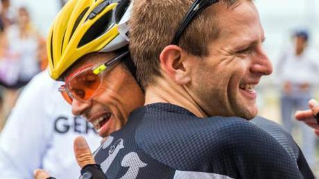 Trotz aller Kritik am Reglement gönnt Michael Teuber (mit Helm) seinem Teamkollegen Steffen Warias die Goldmedaille.