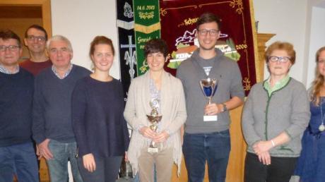 Die Sieger des Preisschnupfens: (von links) Christian Bayr, Vorsitzender Martin Schlicker, Rudi Greppmeir, Isabella Bayr, Julia Greppmeir, Alexander Bayr, Zenzi Lindemeyer und Zweite Vorsitzende Maria Glück.