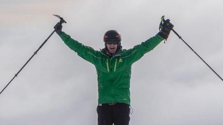 Er hat es geschafft: Michael Teuber aus Dietenhausen (Odelzhausen) jubelt auf dem Gipfel des 6278 Meter hohen Chimborazo in Ecuador. Der 49-Jährige ist aufgrund eines Unfalls von den Knien abwärts komplett gelähmt.