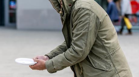 In Augsburg hat ein Bettler eine Polizeistreife attackiert und einen Beamten gebissen. Ein zweiter Mann rannte weg - trotz angeblicher Gehbehinderung.