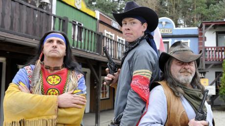 Höhepunkt in der Western City sind die Süddeutschen Karl-May-Festspiele. Mit dabei sind Regisseur Peter Görlach sowie die Akteure Andre Öfinger und Erwin Hellgemeir (von links).