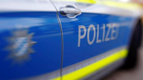 Unbekannte kritzeln Gaunerzinken an eine Hauswand. Die Polizei sucht nach Hinweisen.