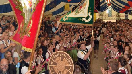 Mit einem Fest feierte der katholische Burschenverein Pfaffenhofen/Glonn die Fahnenweihe.