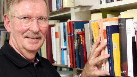 Wolfram Siemann in seinem Arbeitszimmer in Adelzhausen: Der emeritierte LMU-Professor hat eine umfangreiche Büchersammlung im Keller.