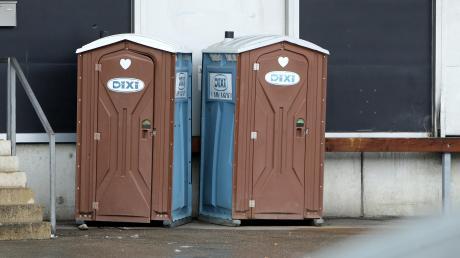 Auf einer Baustelle in Adelzhausen steckte ein Unbekannter eine Dixi-Toilette in Brand.