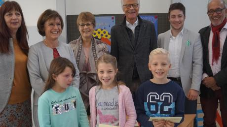 Sonja Klar und Susanne Geiger (links) mit den drei besten Vorlesern aus den vierten Klassen und der vierköpfigen Jury des Rotary-Clubs.