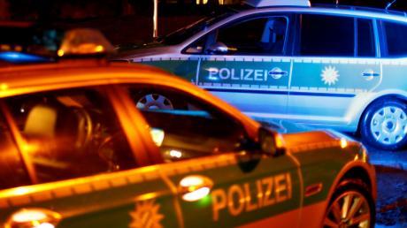 Ein 35-Jähriger steht mittellos vor einem Haus in Aindling herum. Die Polizei bringt ihn daraufhin in eine Obdachlosenunterkunft.