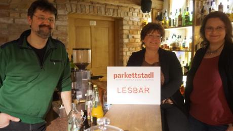 Hörbacher Parkettstadl: Michaela Selzer, Susanne Seichter und Andreas Obermaier (von rechts) freuen sich über den Erfolg des Lesbar-Konzepts.