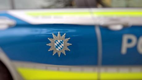 Die Polizei ermittelt wegen Unfallflucht gegen einen Fahrer, der in Aichach ein Auto angefahren hat.