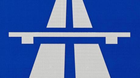 Die Polizei ermittelt nach einer gefährlichen Szene auf der Autobahn gegen einen Motorradfahrer.