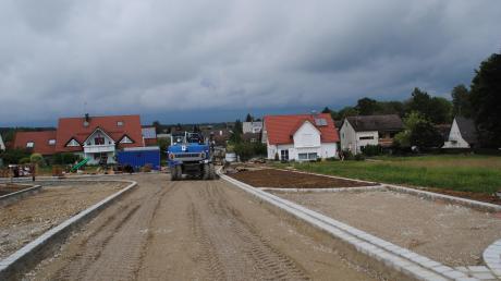"""Beim Baugebiet """"Am Rosenacker - neu"""" in Baindlkrich wird bereits die Teerdecke aufgebracht. Wie die begehrten Bauplätze vergeben werden, damit befasste sich jüngst der Gemeinderat."""