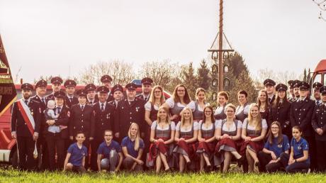 Fürs Jubiläum hat sich die Feuerwehr Eurasburg Verstärkung durch zehn Festdamen geholt.