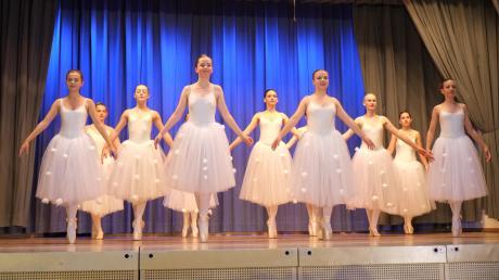 """Mit dem Schneeflockenwirbel ging die von Edina Menacher inszenierte Ballettaufführung """"Die vier Jahreszeiten"""" in Eurasburg zu Ende."""
