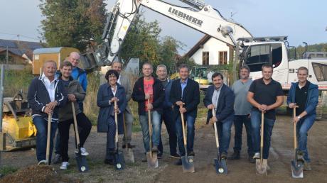 Spatenstich für das Eurasburger Gemeinschaftshaus: Bauunternehmer Gerhard Eggert (Dritter von links), Bürgermeister Paul Reithmeir (Vierter von links), Diplomingenieur Josef Obeser (Fünfter von links) und Gemeinderäte