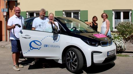 Die Lokalredaktion der Friedberger Allgemeinen testete ein Elektroauto der Lechwerke (von links): Redaktionsleiter Thomas Goßner, Peter Kleist, Mareike König, Gönül Frey und Ute Krogull.<b> </b>