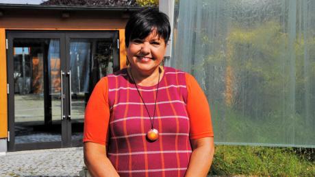"""Maria Pletschacher liebt den kleinen Innenhof der """"grünen Grundschule"""" in Eurasburg."""