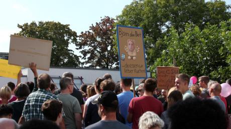 """Im Landgasthof """"Alt-Kissing"""" trat im September 2018 der Thüringer Landesvorsitzende der AfD, Björn Höcke, auf. Vorher demonstrierten auf dem Rathausplatz in Kissing mehrere Hundert Menschen.  Die Grünen wollten auch gegen eine AfD-Veranstaltung auf Scherneck demonstrieren. Die hat die Partei nun kurzfristig abgesagt."""