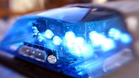 Die Polizei sucht den Fahrer eines blauen Pkw.