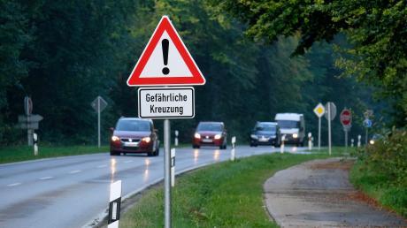 Gefährliche Kreuzung auf der Staatsstraße 2052 zwischen Ried und Odelzhausen an der Abzweigung nach Eismannsberg oder Baindlkirch soll entschärft werden. (Archiv)