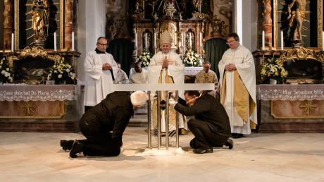 Der neue Altar wurde mit Chrisam gesalbt und in der Mitte sowie an den vier Enden Weihrauch entzündet.