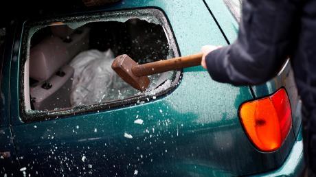 Immer wieder bricht  ein Mann in die Autos von Friedhofsbesuchern ein, stiehlt Geld und EC-Karten. Nun steht er vor Gericht..