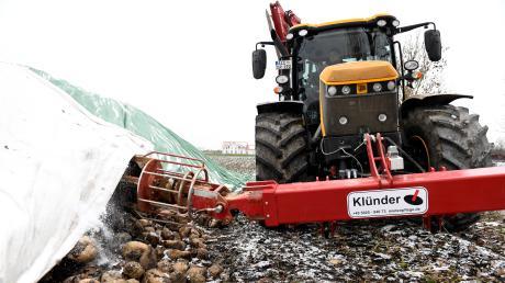 Landwirt Martin Scherer aus Mering hat eine Technik entwickelt, mit der die gefrorenen Planen auf den Zuckerrüben-Mieten für die Abholung während der Zuckerrübenkampagne schnell entfernt werden können. Familie Scherer betreibt Ackerbau, eine Biogasanlage, einen Erlebnisbauernhof und einen Pferdestall.
