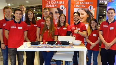 Diese jungen Leute werden bei Segmüller ausgebildet. Am Samstag berichteten sie Interessenten, wie die Lehre im Unternehmen läuft.