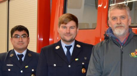 Max Baumann (Mitte) trat die Nachfolge von Norbert Völk (rechts) als Feuerwehrkommandant von Eurasburg an. Sein Stellvertreter ist Daniel Gruber.  Foto: Manfred Sailer