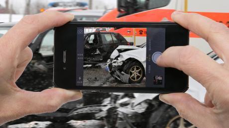 Nach einem schweren Unfall auf der A96 bei Greifenberg hat ein Mann Handyvideos von Opfern gemacht.