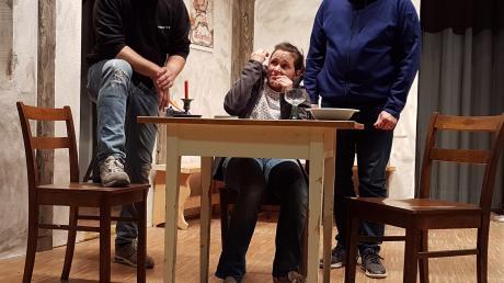 Forsch versuchen Schippe (Konrad Lachner, links) und Schaufe (Eugen Glück) Philomena (Vroni Frauenknecht) einzuschüchtern.