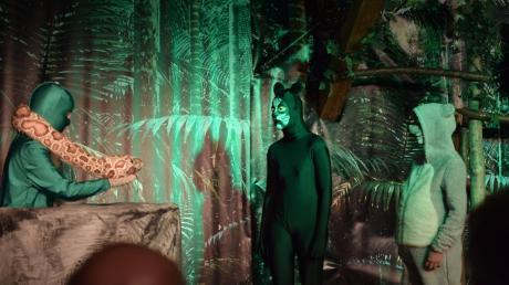 Die Schlange Kaa (Helene Bosniak) empfängt (von links) Mowglis Freunde, Panther Baghira (Lara Bitter) und Balu den Bären (Simon Mächtle) in wunderschöner Dschungel-Kulisse.