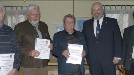 Die neuen Ehrenmitglieder: (von links) Raimund Rauschmair, Jürgen Dietschmann und Alfred Mayrock mit dem Vereinsvorsitzenden Peter Kaiser und Bürgermeister Ferdinand Holzer.