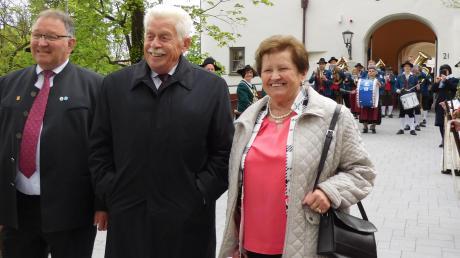 Vor dem Wittelsbacher Schloss begrüßte Jubilar Reinhard Pachner zusammen mit seiner Ehefrau Maria und Bürgermeister Richard Scharold die Gäste.
