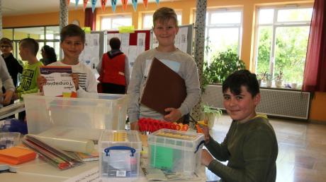 Die Lerninsel der Grundschule Stätzling lädt zum Forschen ein: Timo, Jonas und Justin  (von links) aus der Klasse 4a probieren es gleich aus.  Foto: Sabine Roth