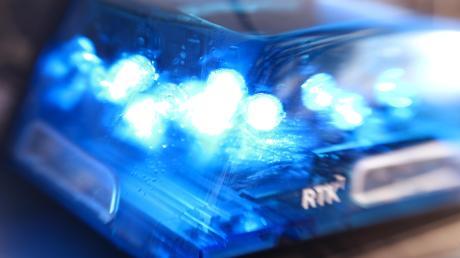 Ein Unbekannter filmte in Augsburg eine Frau beim Duschen. Die Polizei hofft auf Hinweise auf den Täter.