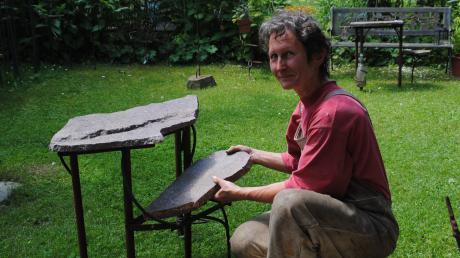 Angelika Stoiß aus Ried macht aus Steinen ungewöhnliche Tische. Von 20. bis 23. Juni können Besucher beim Schauwochenende eine eigene Steinplatte mitbringen.