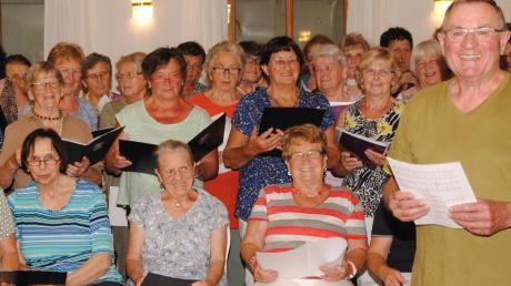Der Chor der Wittelsbacher Landfrauen und Chorleiter Rupert Reitberger haben die letzte Probe vor dem Jubiläumskonzert.