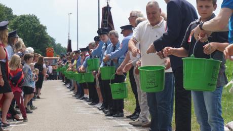 Ein Löschkette mit 978 Teilnehmern stellten die Rinnenthaler auf die Beine.