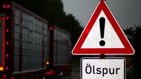 Auf einer Ölspur im Kreisverkehr an der A 8 bei Derching verunglückte am Montagabend ein Rollerfahrer.