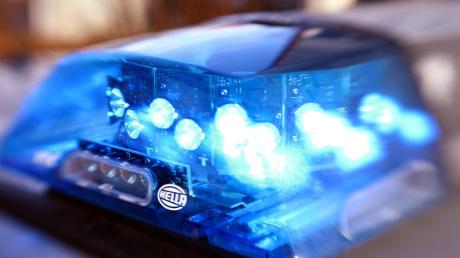 Offenbar ohne Grund ist ein 26-Jähriger in Augsburg attackiert worden. Ein Mann trat zudem den Hund, der daraufhin durch die Luft flog.