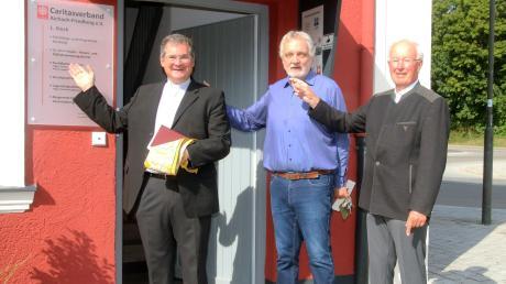 Andreas Magg, Diözesan-Caritasdirektor, Andreas Reimann, Geschäftsführer der Caritas Aichach-Friedberg, und der Vorsitzende Michael Schredl (von links) freuen sich über die schönen Räume für die Caritas Aichach-Friedberg im Bahnhof.