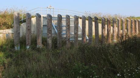 Der Damm für den Hochwasserschutz in Steindorf ist fertiggestellt: Im Bild der Durchlass, der die Wasserzufuhr in den Ableitungsgraben und den Schmitterbach steuert.